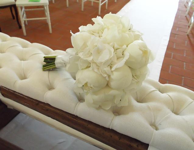 bouquet con peonie e ortensie bianche