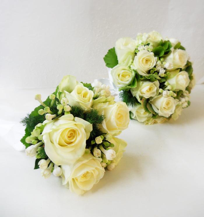 bouquet di rose bianche e ortensia verde verde