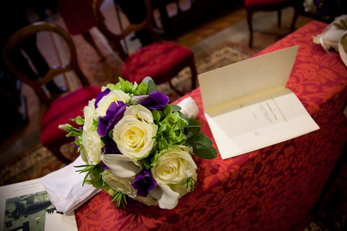 bouquet con ortensia verde e fiori viola