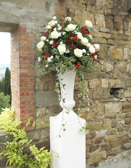 vaso bianco con composizione per matrimonio