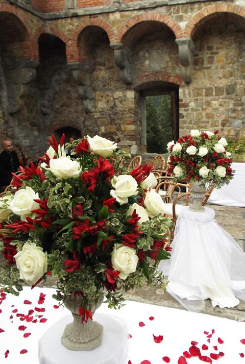 composizione di rose bianche e peperoncini Castello di Vincigliata