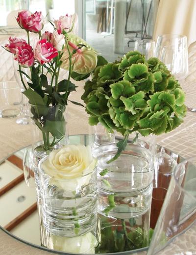 centrotavola con rose e ortensie