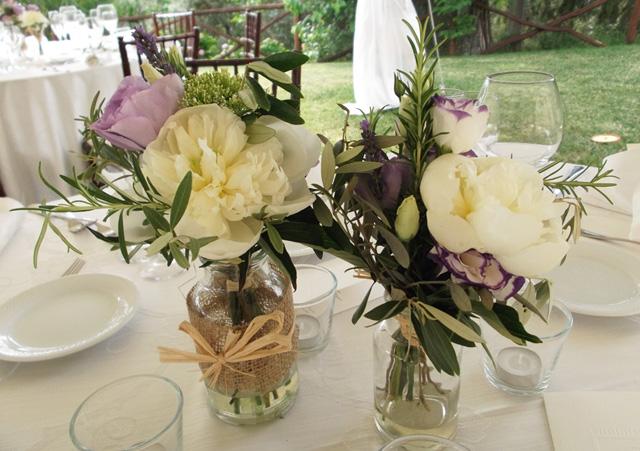 Matrimonio Rustico Centrotavola : Fiori e barattoli per nozze casual chic la gardenia