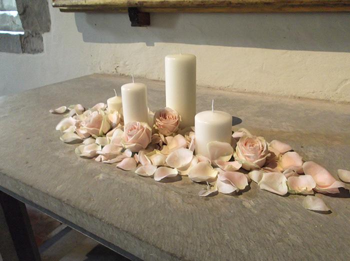 altare petali e candele
