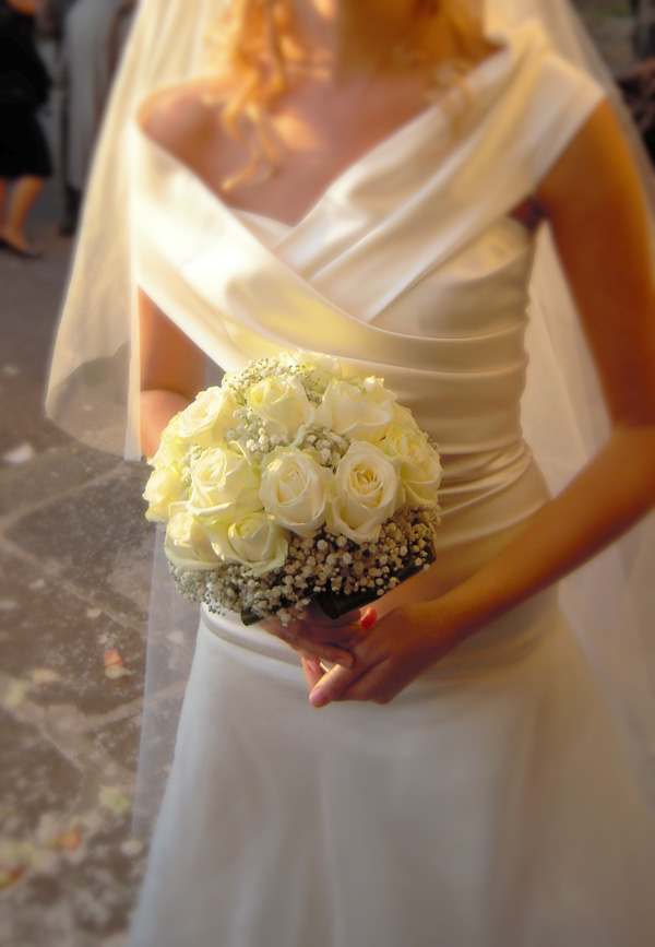 bouquet con rose bianche e gypsophila
